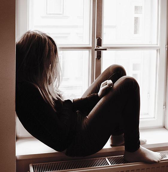 Mulher no peitoril da janela