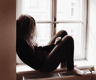 Mujer en el travesaño de la ventana