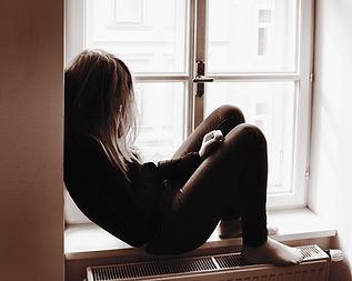 Frau auf Fensterbank
