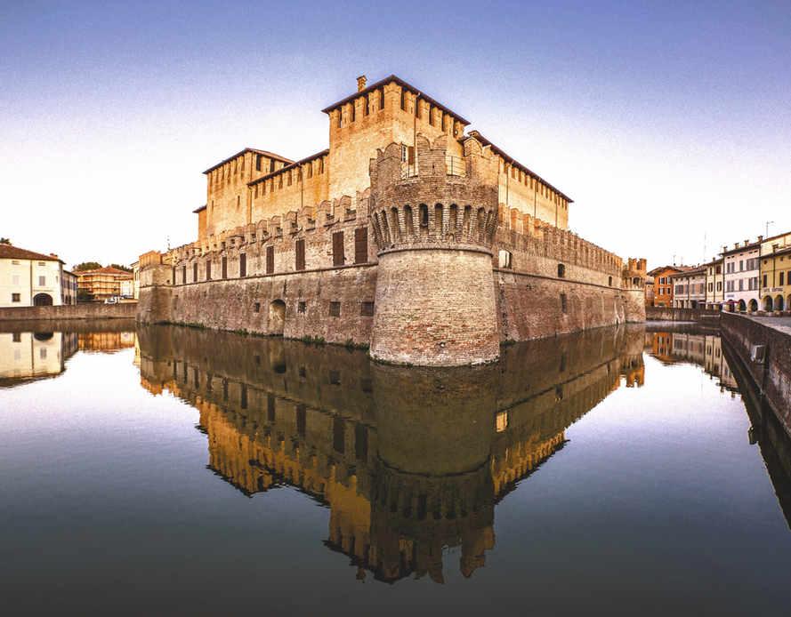 Fontanellato con il suo castello circondato dal fossato colmo d'acqua