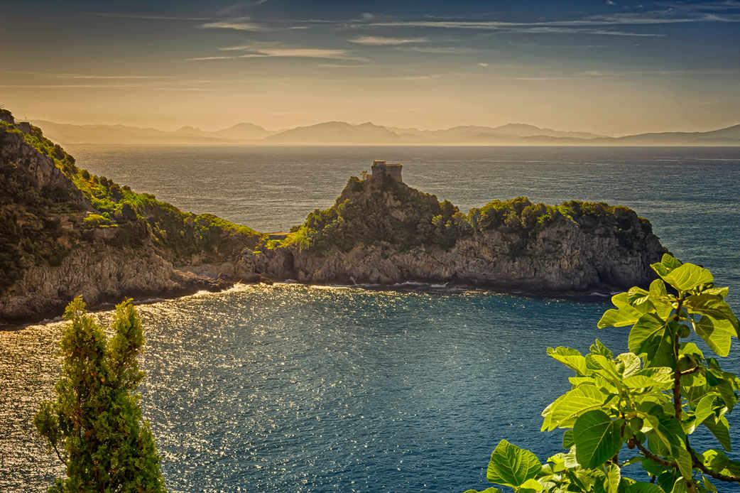 Conca Dei Marini's peninsula lies betwee