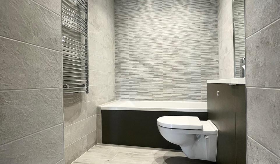 Apartment 6 - Main Bathroom