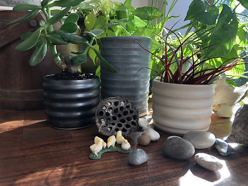 Groove planter in black