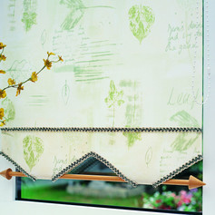 Light green roller blind with a castille scallop, dark green braiding and a decorative pole