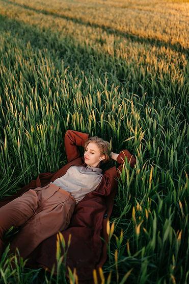 Femme pose dans le champ