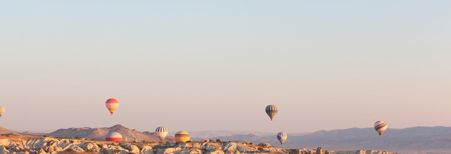 Ballet de montgolfières dans un ciel magnifique