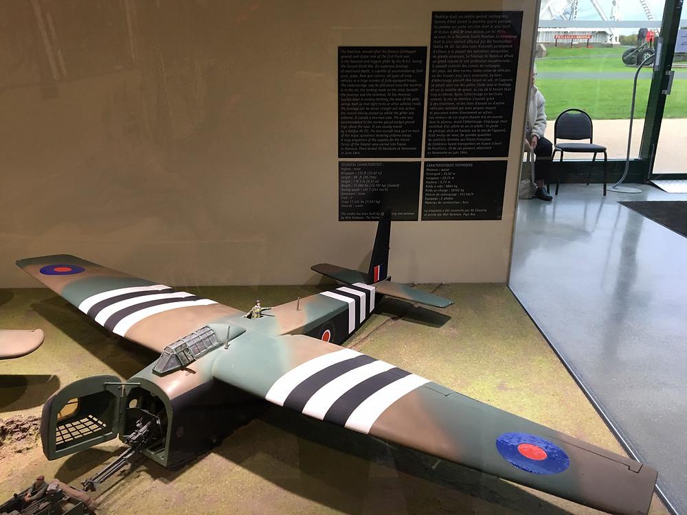 Au mémorial PEGASUS en Normandie, maquette d'un planeur britannique de la catégorie HAMILCAR en l'honneur du père d'Hannibal . Ces planeurs ont déposé le 5 juin les premiers parachutistes qui ont pris le pont de PEGASUS sur l'Orne .
