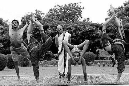 Krishnamacharya_conducting_Yoga_sessions