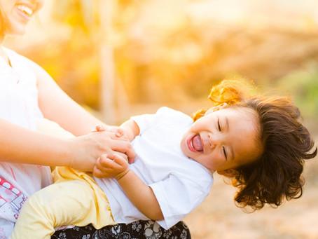 Pourquoi faut-il chanter et danser avec bébé ?