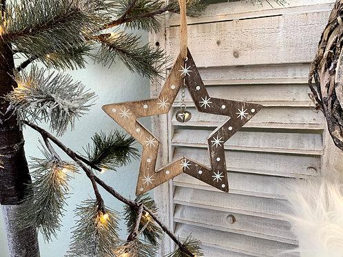 Stern aus Holz mit Glöckchen
