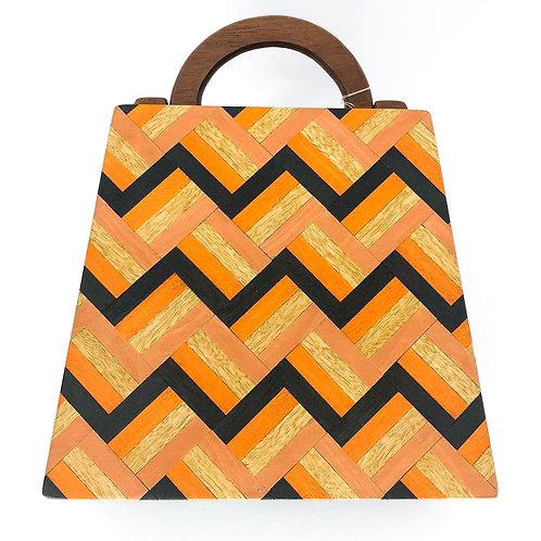 Bolsa com alça de madeira