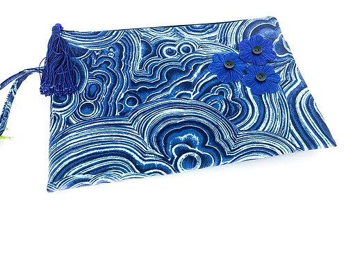 Bolsa de pulso bordada - flores azuis