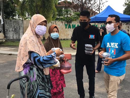 Penyelaras DUN Kota Tinggi santuni pengunjung bazar Ramadan