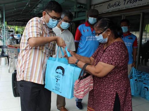 Ahli parlimen Johor Bahru beri sumbangan menjelang Deepavali