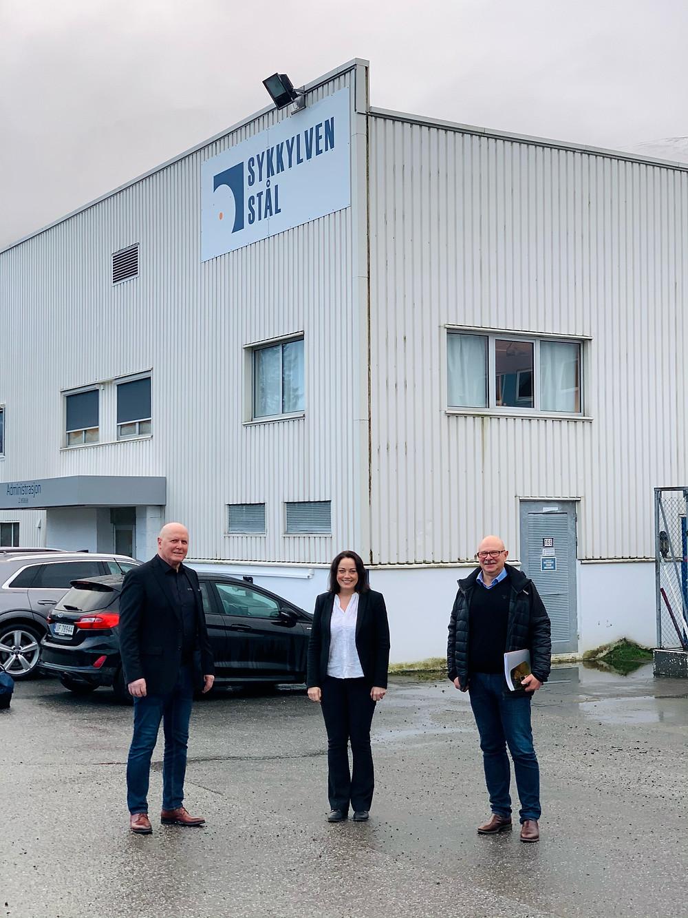 Karl Inge Rekdal, ELse-May Norderhus og Steinar Johan Bakke utenfor Sykkylven Ståls hvite produksjonslokaler på Vikøyra Industriområde i Sykkylven, Norge.