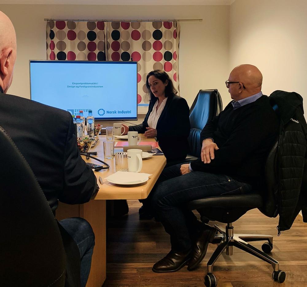 Stortingsrepresentant Else-May Norderhus diskuterer eksportproblematikk inne på Sykkylven Ståls møtelokaler, sammen med arbeiderparti politiker og LO-mann Steinar Johan Bakke og Administrerende Direktør i Sykkylven Stål Karl Inge Rekdal