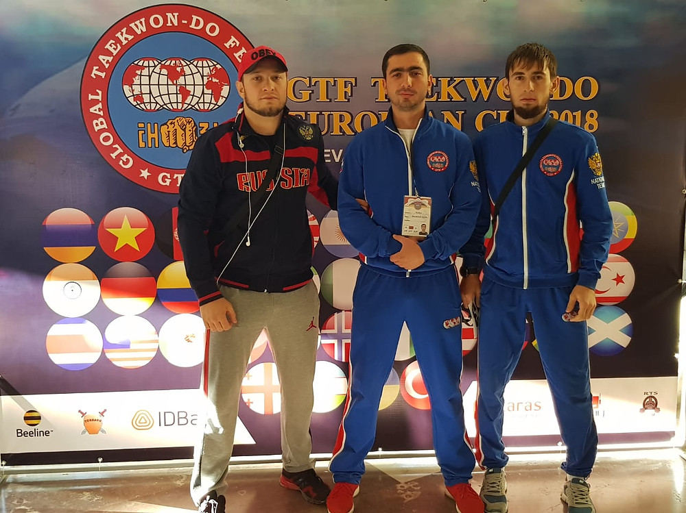 занявщий 1 место на кубке Европы по тхэквондо ГТФ 2018, справа Лечиев Абдурахим