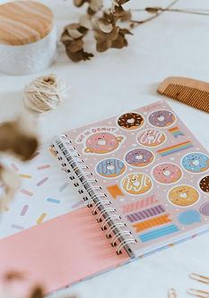 Caderno donut bolsinho e adesivo.jpg