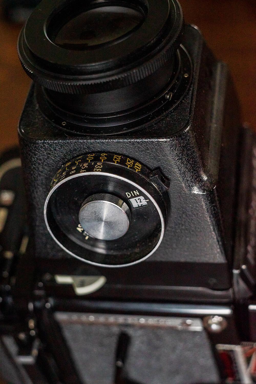 Das ist der Lupensucher der Mamiya RB 67 mit Belichtungsmesser