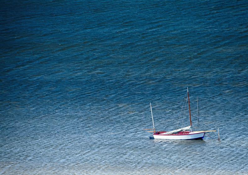 einsames Boot vor Anker