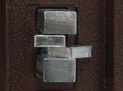 倒鉤式門栓,當外力撬動時,緊緊鎖住橫樑