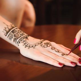 Tatouage au henné en cours
