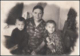 Марфа Федосьевна Перевалова (Корникова) с внуками Надей и Володей Гайсенок 1955 К