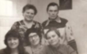 Вера Семеновна сын Вова и дочь Надя (справа сидит)