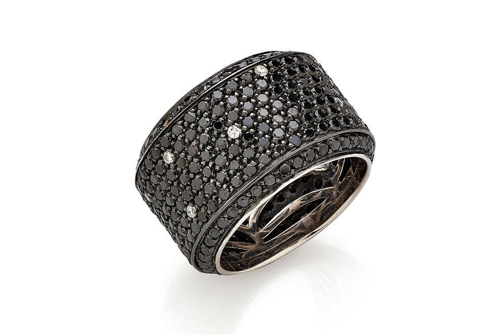 Anello in oro bianco e diamanti neri e bianchi naturali.
