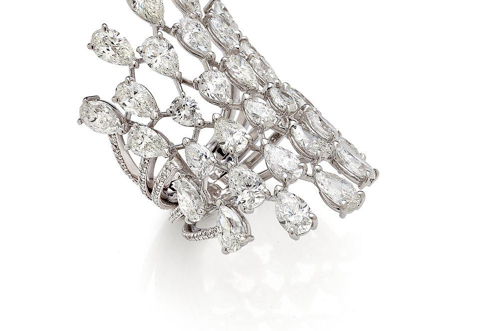 Anello in oro bianco 18kt. e diamanti naturali taglio goccia.