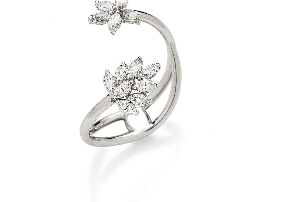Anello in oro bianco 18kt e diamanti bianchi naturali.