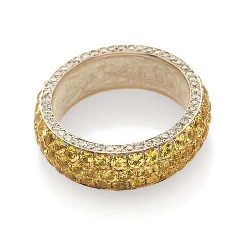 Fedina in oro giallo con diamanti e zaffiri gialli.