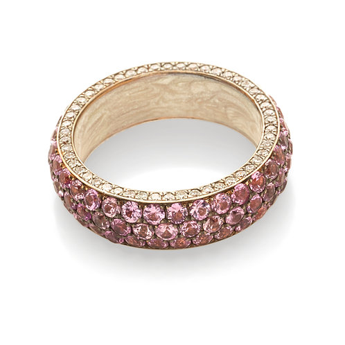 Fedina in oro rosa con diamanti bianchi e zaffiri rosa.