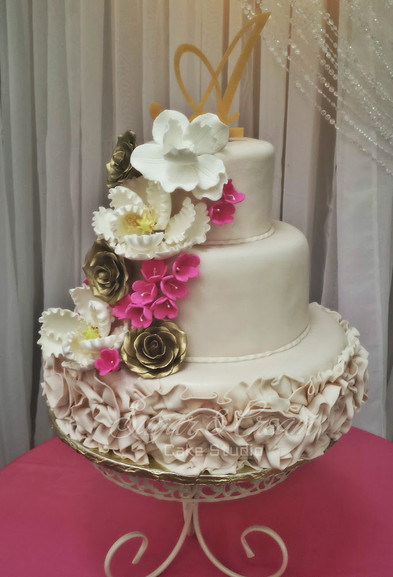 A PINK CREAM AND GOLD WEDDING