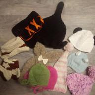 Lot bonnets dont cape de sorcière + Chaussons/chapeau de Schériff + Bonnet de Lapin - Taille Newborn- Lot à 15 euros