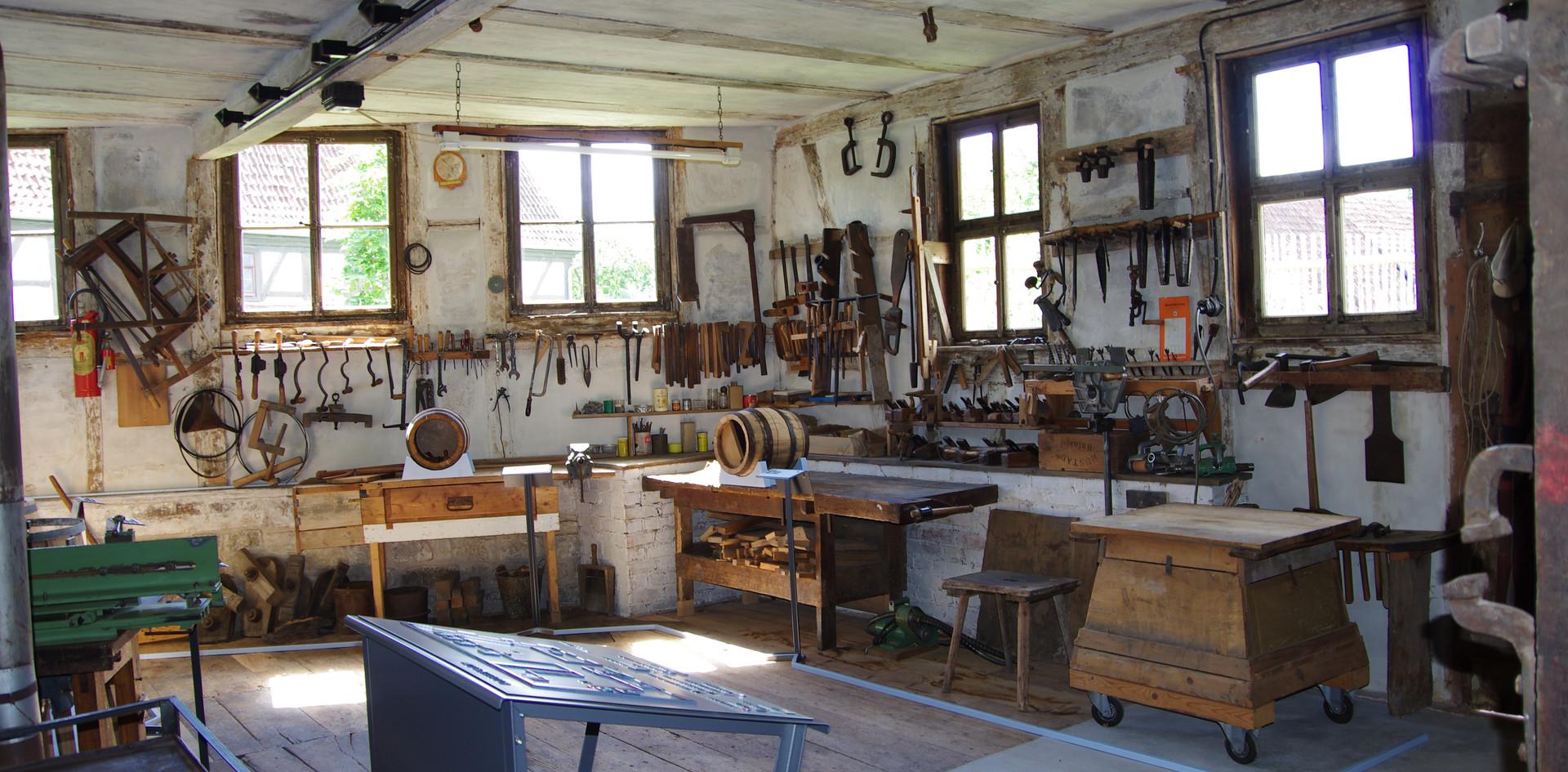 Blick in den Werkstattraum mit den Stationen der Fassherstellung