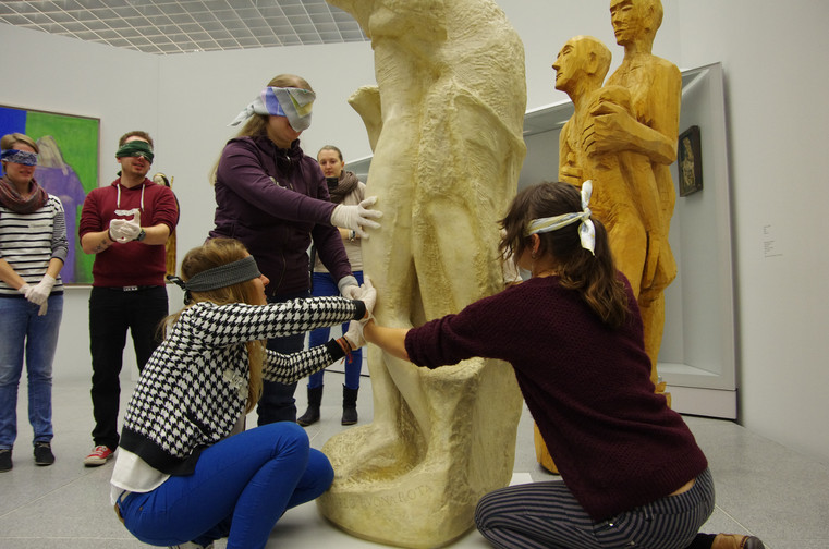 """""""Fühlen statt Sehen"""". Studierende erproben, wie es sich anfühlt, eine Skulptur tastend wahrzunehmen (Wise 2012/13)"""