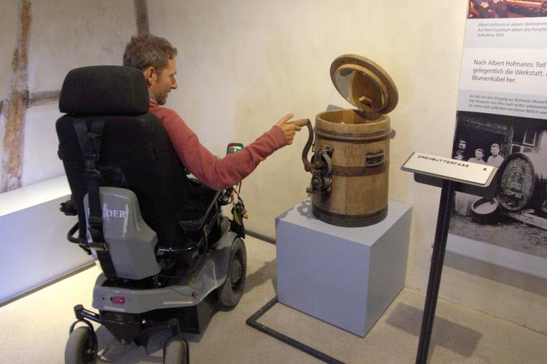 Hands-On-Stationen wie das Drehbutterfass können auch kleine Leute oder Rollstuhlnutzer bequem bedienen. Ein Spiegel gewährt den Blick ins Fassinnere