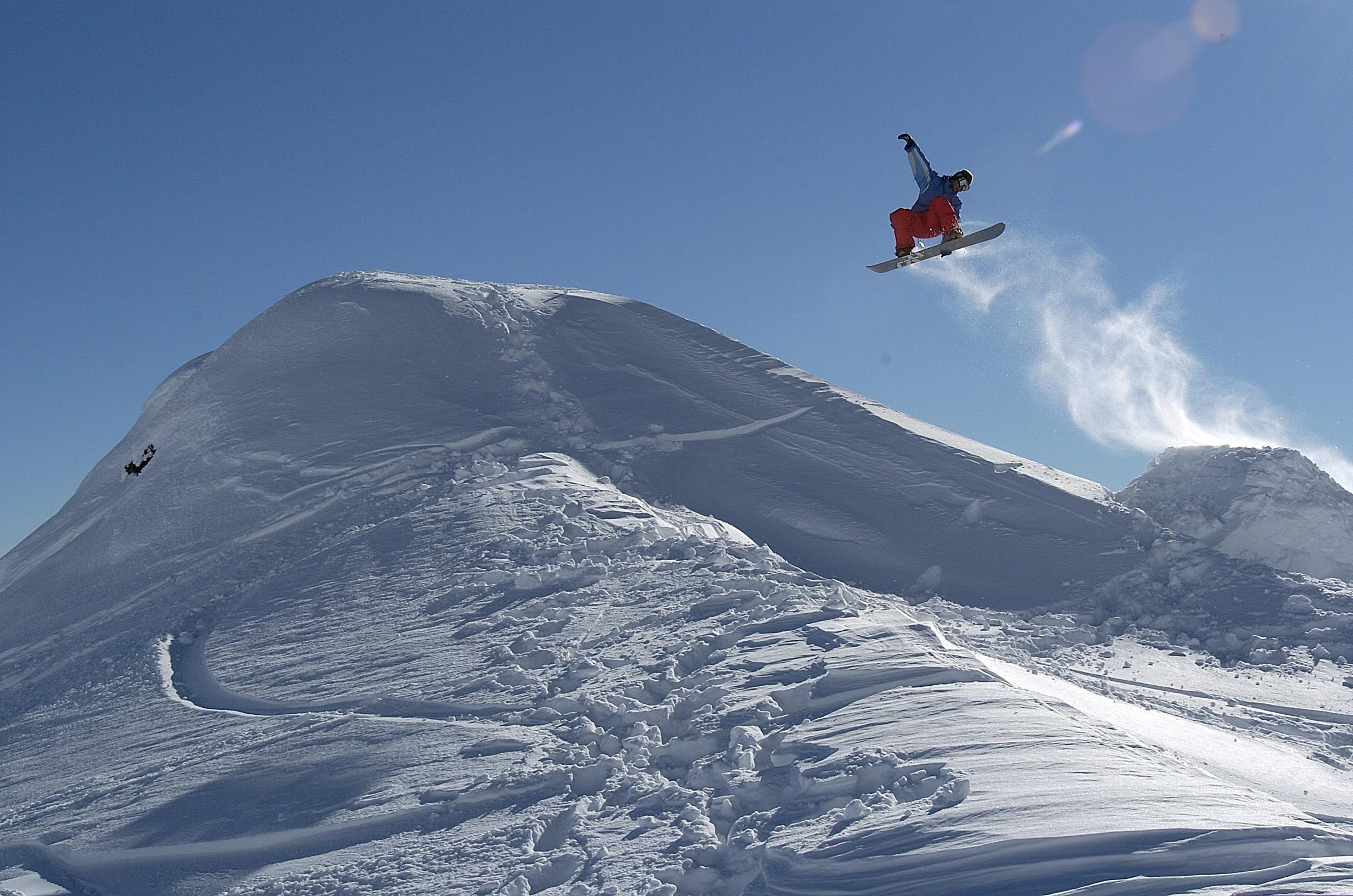 Faites du snowboard dans les alpes