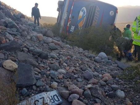 Colectivo cayó a un barranco en Perú.