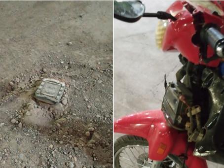 Una sanjuanina destrozó su moto tras atravesar un pozo en una calle y explotó en las redes