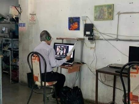 Emotiva historia: un profesor da clases en un cibercafé