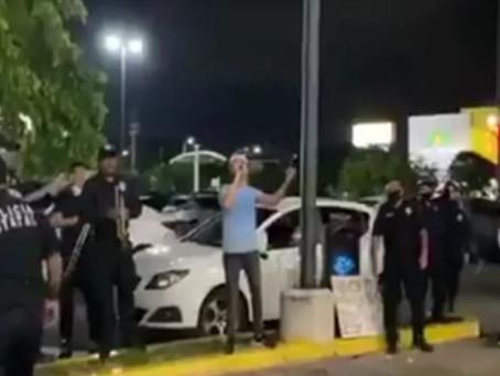 Un hombre canta en la calle porque se quedó sin trabajo y la banda de la policía lo ayuda