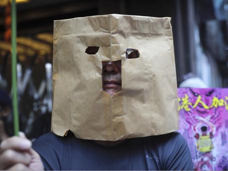 En Hong Kong prohiben las máscaras a los manifestantes y se reavivan las marchas.