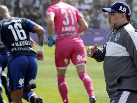 En el debut como DT de Maradona Gimnasia perdió 2 a 1 contra Racing Club.