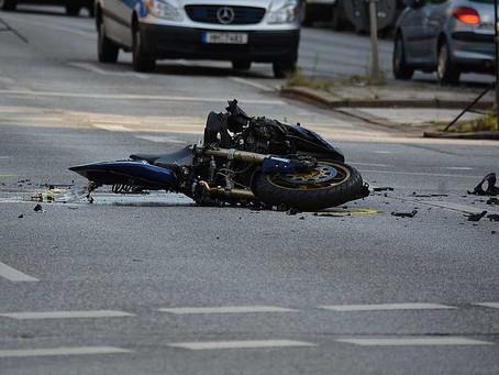 Se le enredó su bufanda en la rueda de su moto, cayó y murió