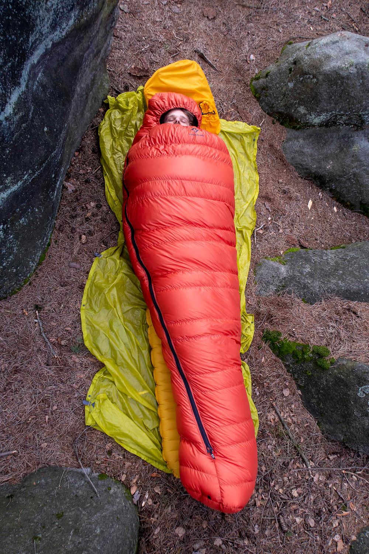 Karimatka s vysokým tepelným odporem zajišťuje Vítkovi teplo od země.