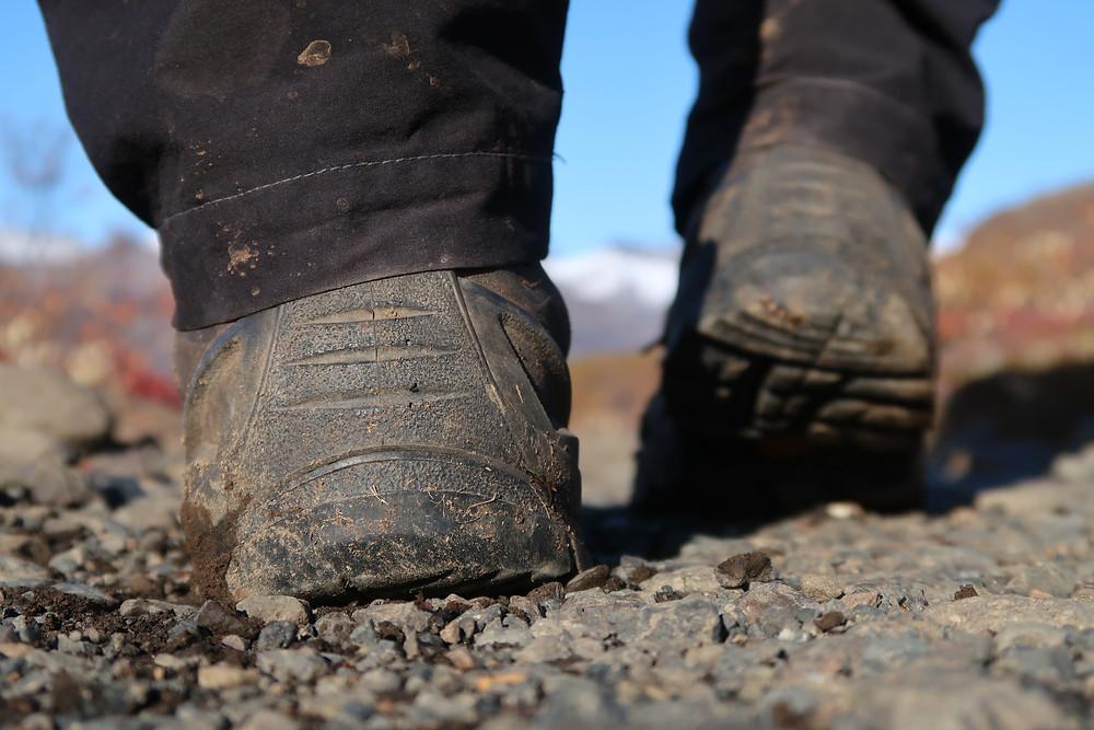 Ochrana paty z odolné pryže ochrání boty jak při sestupu skalnatým terénem, tak i při nešetrném vyzouvání.