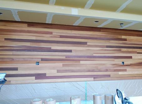 待合室の意匠壁が完成しました。