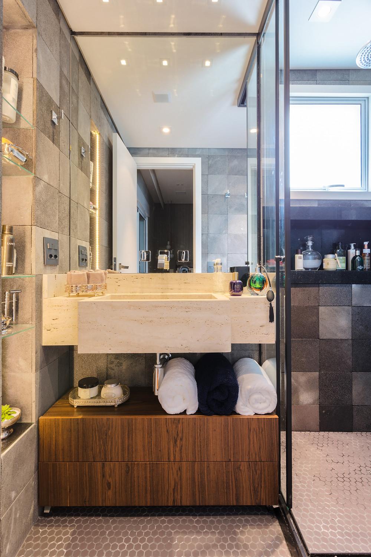 Banheiro compacto com utilização de revestimentos neutros